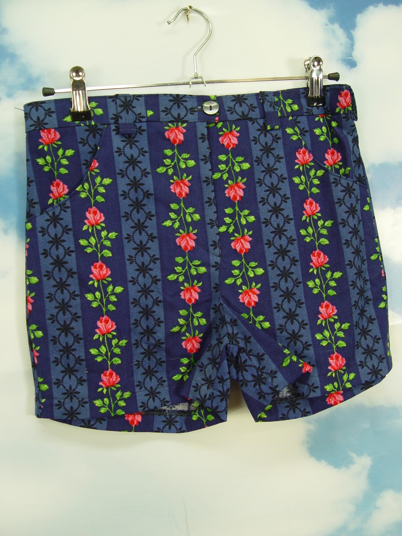 a8c3af3befc658 Upcycling Hot Pants Damen Shorts Rosen Dirndl Muster kurze Hose ...